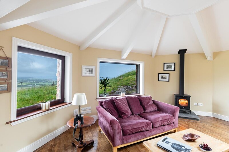 Railway Cottage - EAGLE'S NEST VIEW OVER MOUNTAIN, VALLEY AND SEA, alquiler vacacional en Annascaul