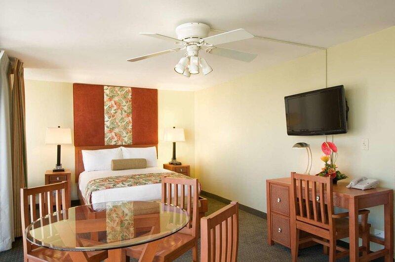Walk to Waikiki! Fantastic Studio Suite, Pool, alquiler de vacaciones en Kahala