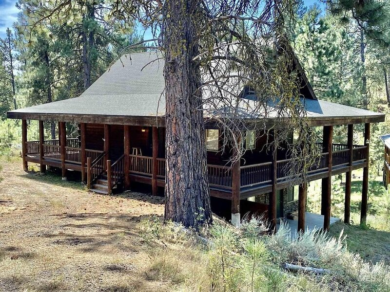 Dreamy updated log cabin in the woods close to lake 4 bedroom, location de vacances à Cascade