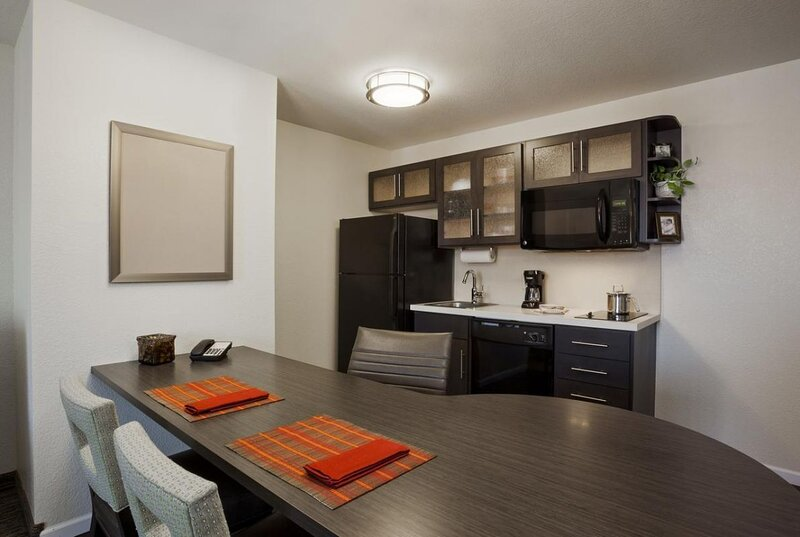 Four Lovely Units for Company Travel, Kitchen, Pool, Fitness Center, vacation rental in Clodine