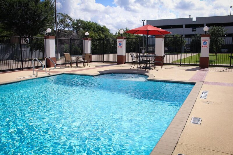 Four Business-Friendly Units, Kitchen, Pool, vacation rental in Clodine