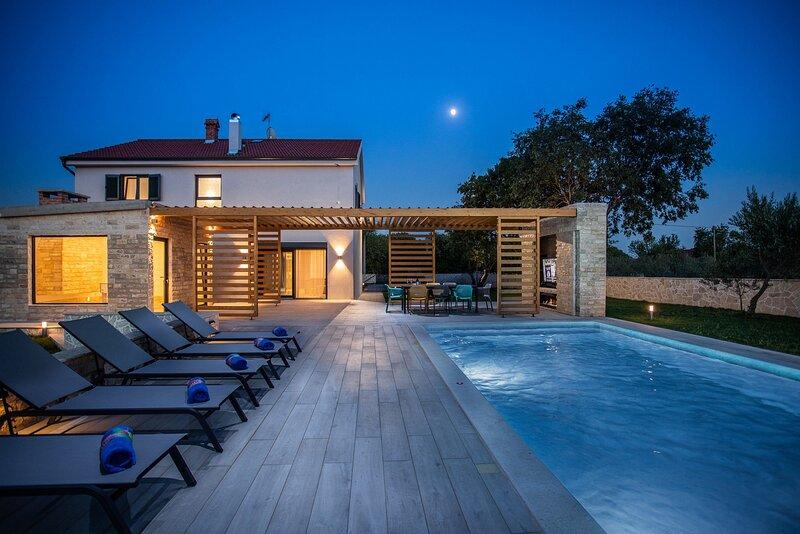 Beautiful Villa Unikat, with a Pool, holiday rental in Zverinac