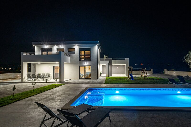 Beautiful Villa Lacus, in Dalmatia, with a Pool, location de vacances à Pakostane