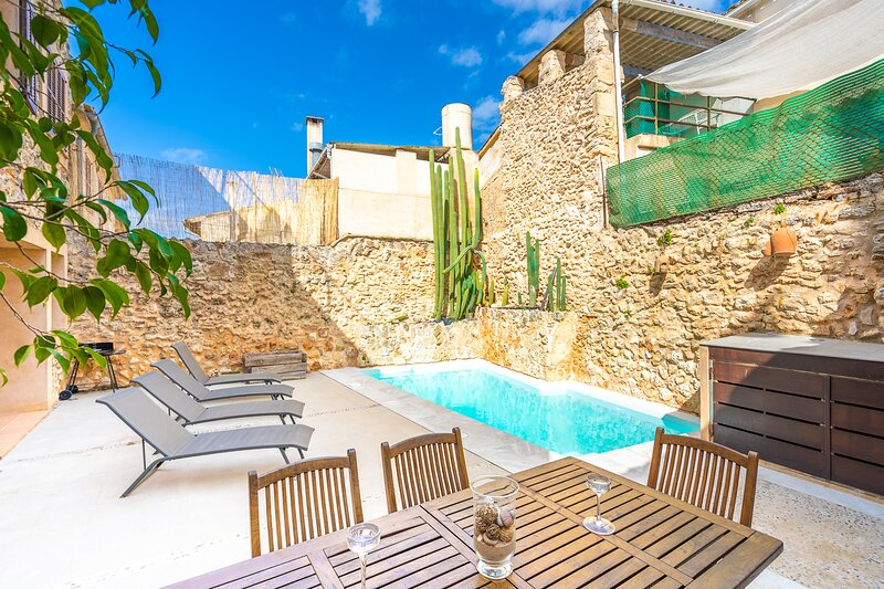 Lovely house with private outdoor jacuzzi pool + views of city and mountains!, holiday rental in Llubi