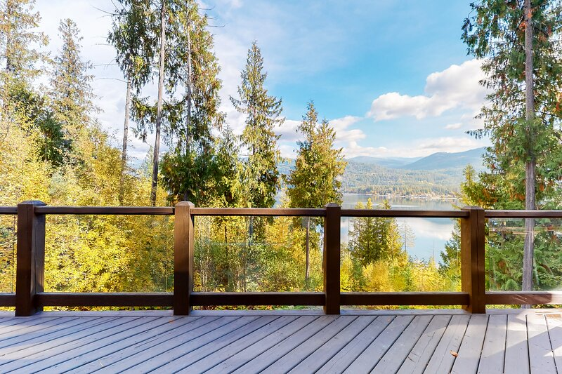New listing! Lakefront house w/ trail to private dock and lake access, alquiler de vacaciones en Christina Lake