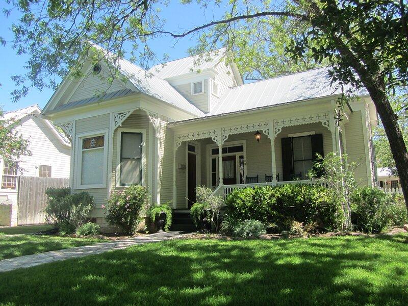 Creek Street Nagel House and Cottage, vacation rental in Fredericksburg