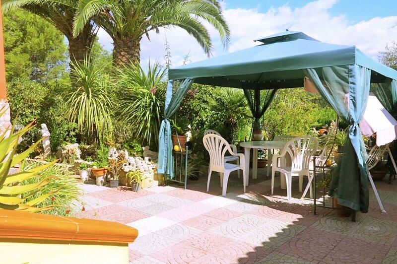 Alghero, Villa Calvia for 8 people with furnished garden, casa vacanza a Villanova Monteleone