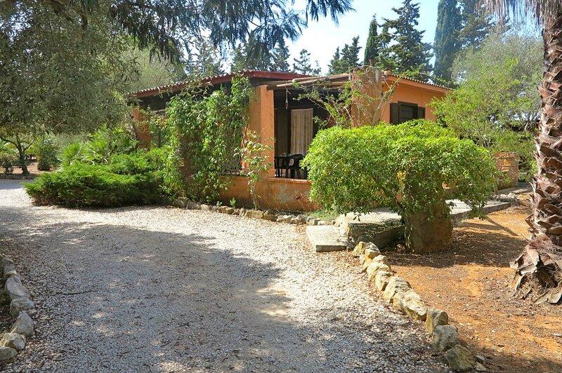 Villa Piras in Alghero for 5 people with large garden and verandas, Ferienwohnung in Fertilia