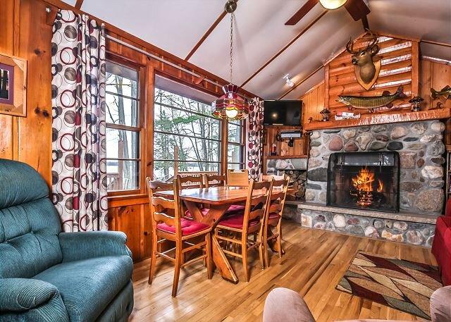 Amazing 2 bedroom vacation home with private beach, aluguéis de temporada em Land O' Lakes