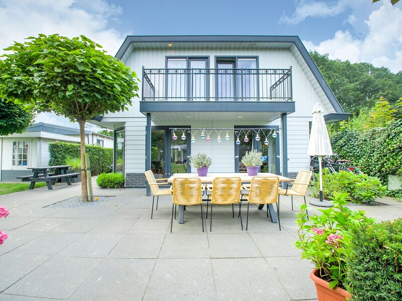 Wonderful Holiday Home nearby Efteling with private heated pool and jacuzzi, holiday rental in Loon op Zand