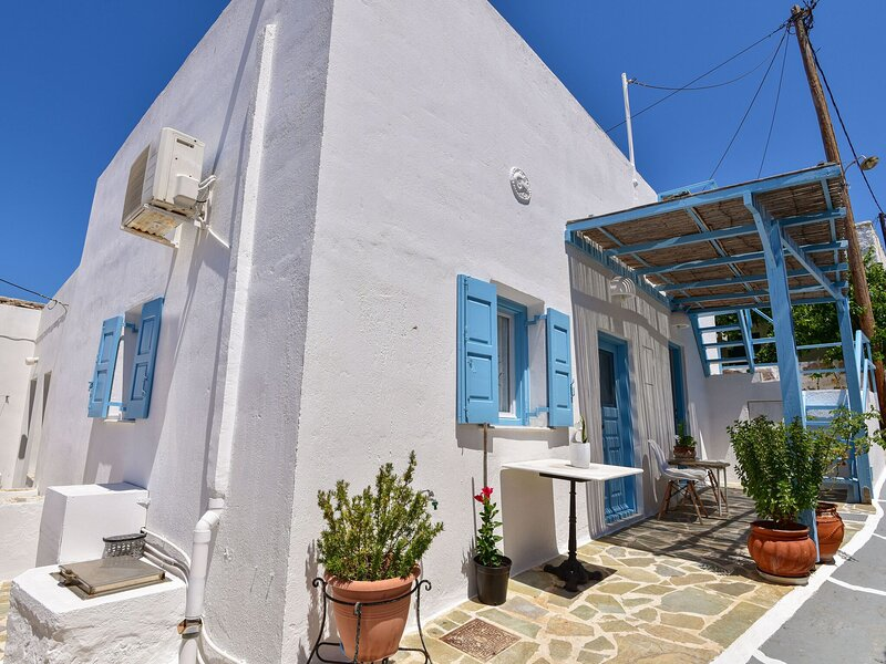 Snug Holiday Home in Tripiti with Roof Terrace near Watersports, holiday rental in Mandrakia