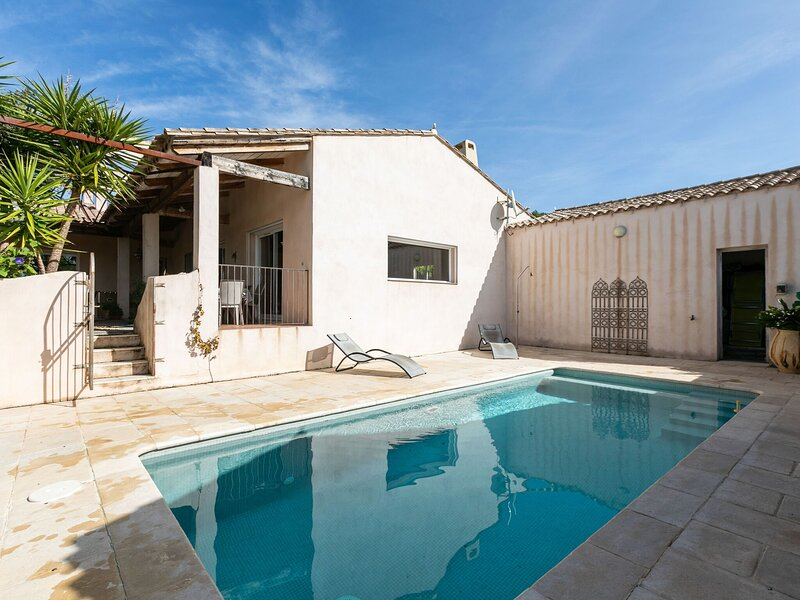 Holiday Home offeing Greenery and Private Pool, holiday rental in Montouliers