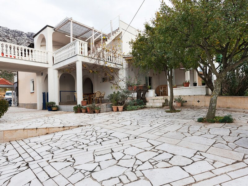 Charming home with private Terrace and Garden, Ferienwohnung in Ribarica