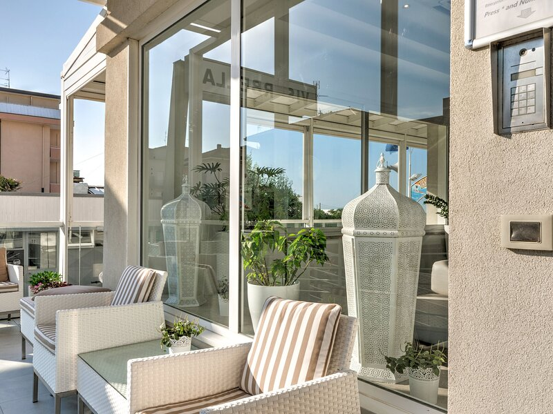Modern Apartment in Rimini Italy with Jacuzzi, vacation rental in Viserbella