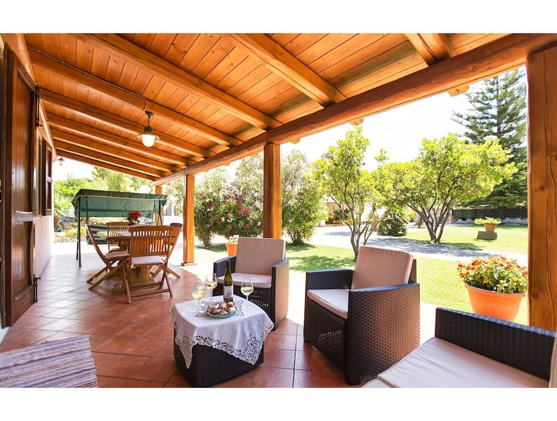 Villa Porticciolo in Alghero with large garden for 6 guests, Ferienwohnung in La Pedraia