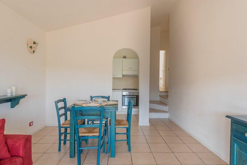 Appartamento Trilocale 6 persone Vista mare Residence Ea Bianca, holiday rental in Poltu Quatu