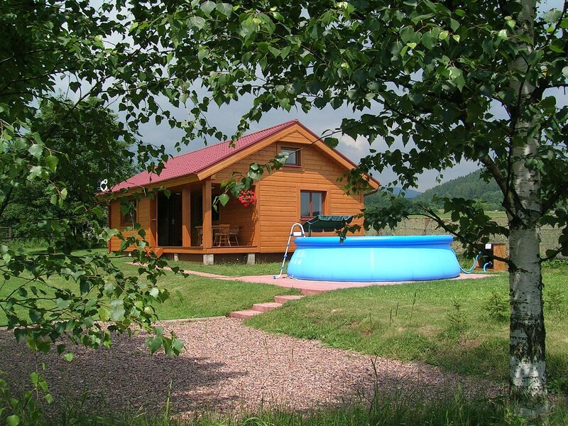 Beautiful holiday home with the garden pool at the edge of the Riesengebirge, casa vacanza a Svoboda nad Upou