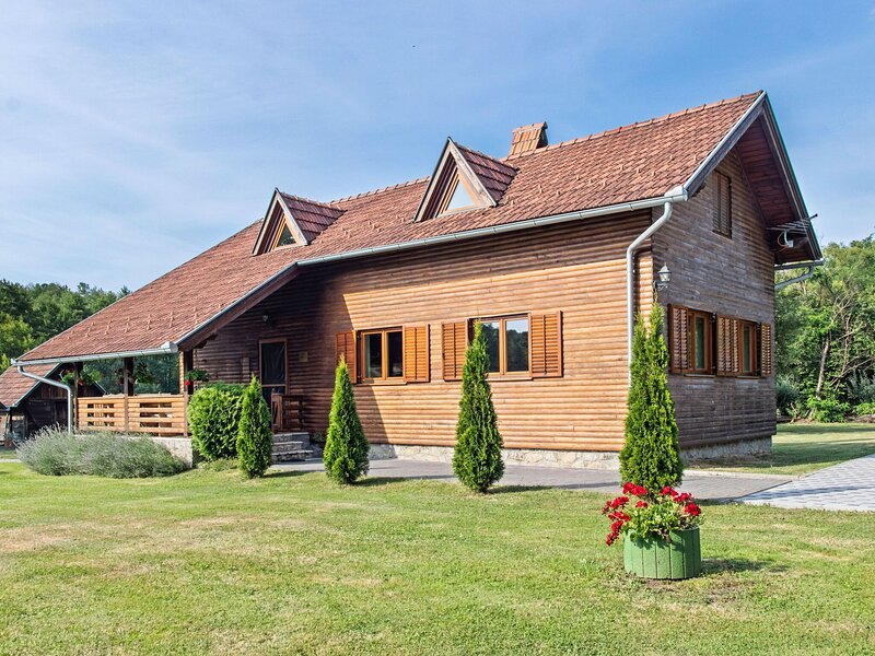 Beautiful Holiday Home in Čačinci with Swimming Pool, holiday rental in Nasice