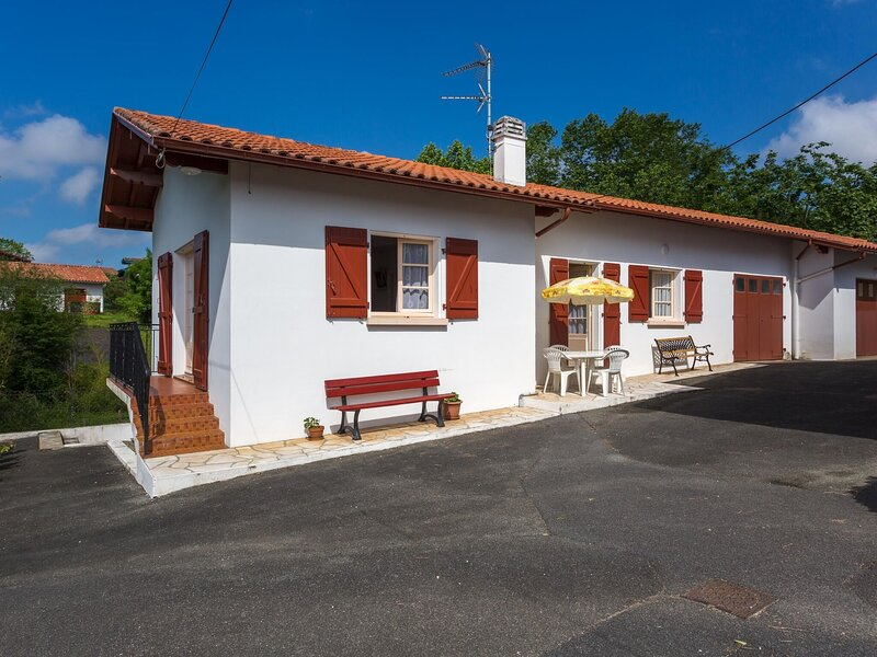 Alluring Holiday Home in Arcangues with Balcony, holiday rental in Arbonne