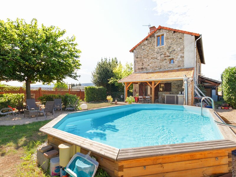 Alluring Holiday Home in Renaison with Jacuzzi, holiday rental in Pouilly-sous-Charlieu