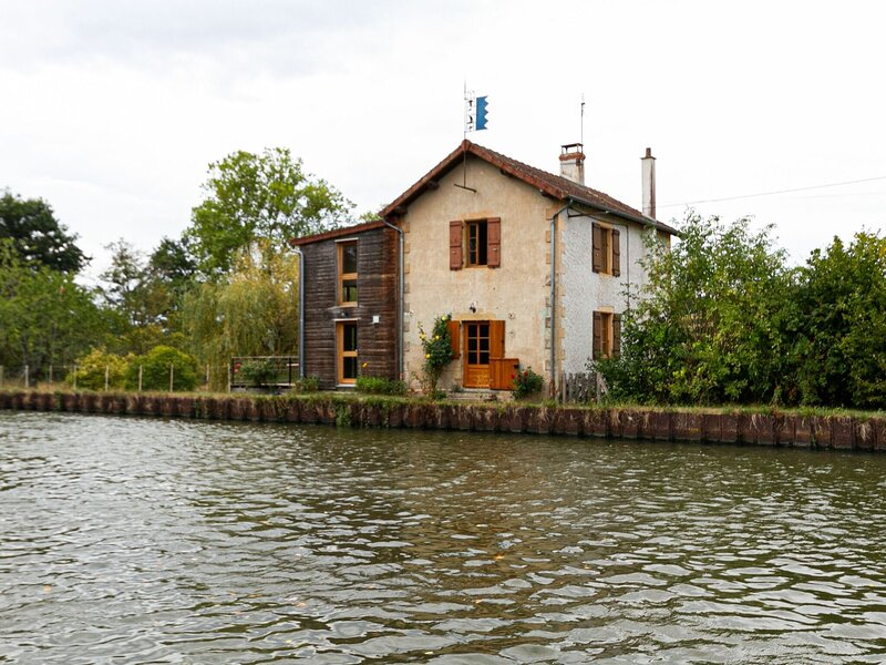 Charming Cottage in Bourg-le-Comte near Lake, holiday rental in Saint-Julien de Civry