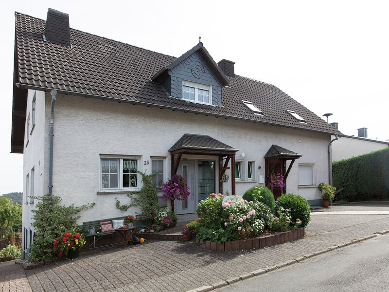 Attractive Apartment in Bettenfeld wiith Garden and BBQ, location de vacances à Manderscheid