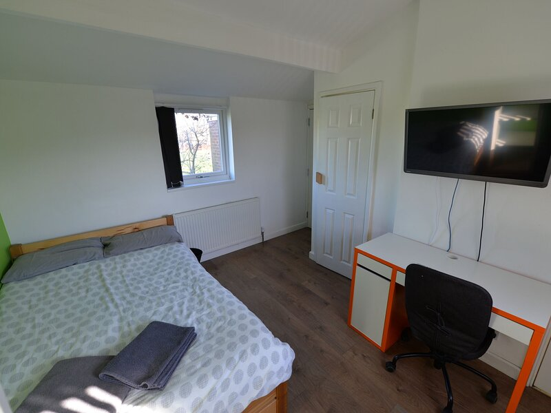 Enticing Apartment in Coventry near FarGo Village, holiday rental in Coventry