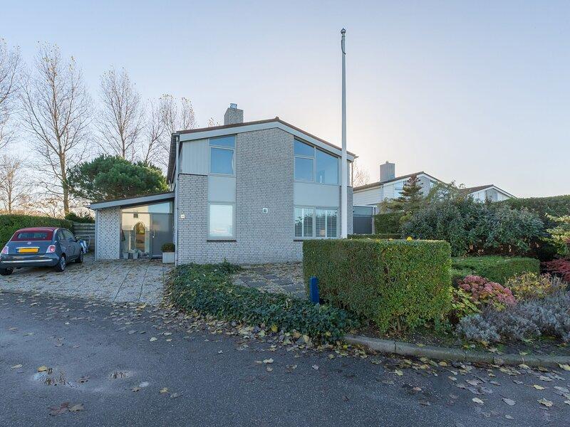 Spacious detached semi-bungalow with fully enclosed garden, alquiler vacacional en Kamperland