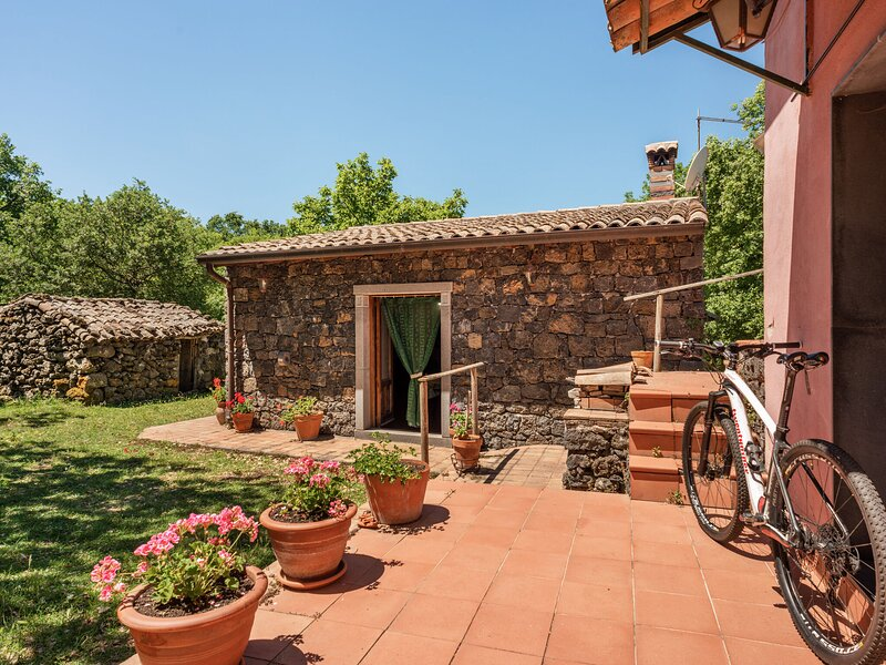 Hill-View Villa in Maletto with Garden, holiday rental in Santa Domenica Vittoria