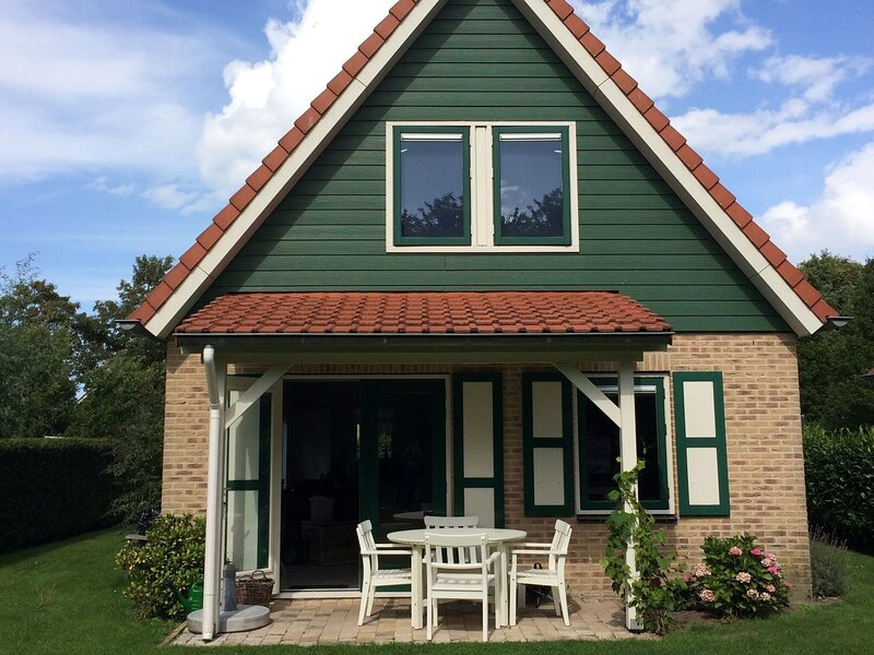 Quaint Holiday Home in Zonnemaire with Roofed Terrace, holiday rental in Brouwershaven