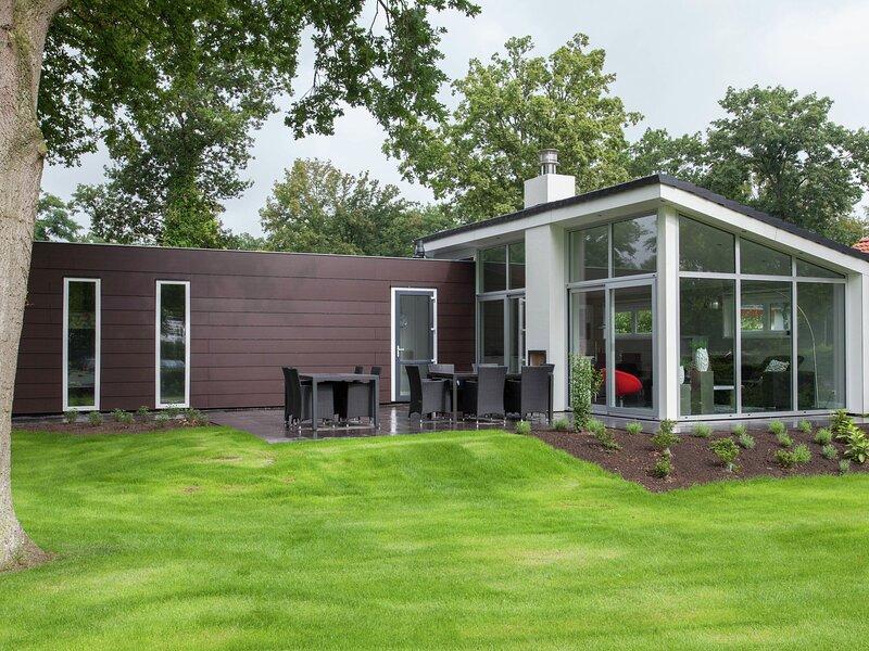 Modern light chalet, located in the polder 15km from Alkmaar, vacation rental in Halfweg