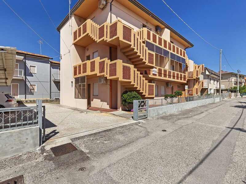Cute beachfront apartment in Rosolina Mare, close to Venice., vacation rental in Adria