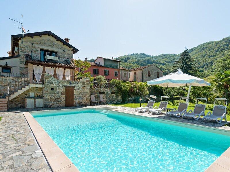 Lavish Villa in Spicciano-Fivizzano with Swimming Pool, holiday rental in Pugliano