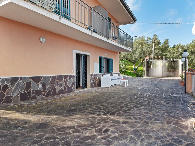 Lovely Apartment in Agropoli with Garden and Fireplace, vacation rental in Alano