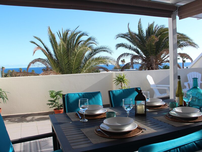 Newly renovated Penthouse on a seafront complex with a pool, holiday rental in Costa Teguise