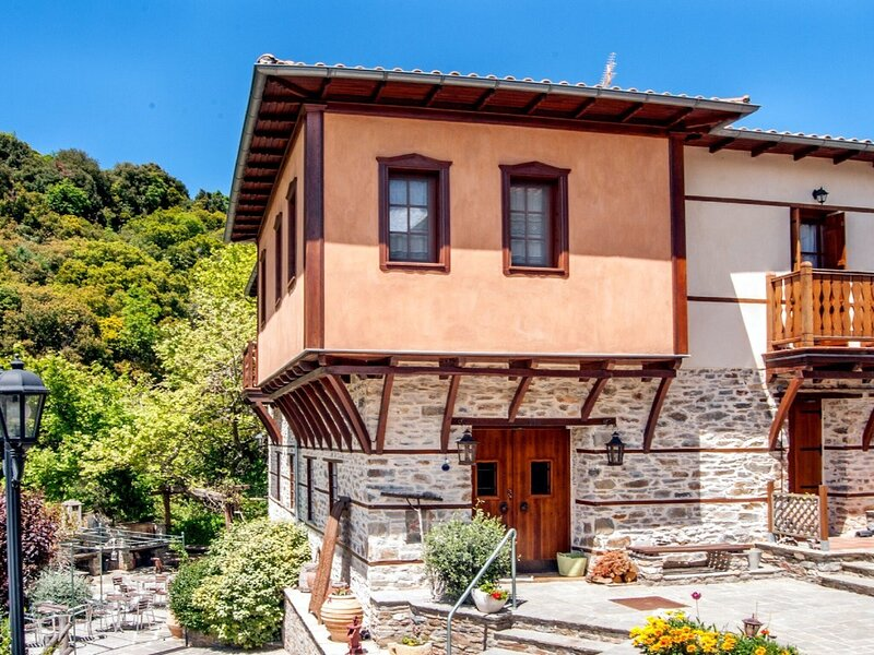 Charming Mansion in  Vrastama with Balcony, holiday rental in Polygyros