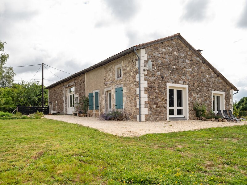 Charming holiday home in Rouzède with a swimming pool starting in October 2020, vacation rental in Montbron