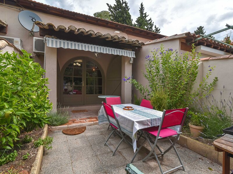 Secluded Cottage in Mouries with Garden, holiday rental in Saint-Martin-de-Crau