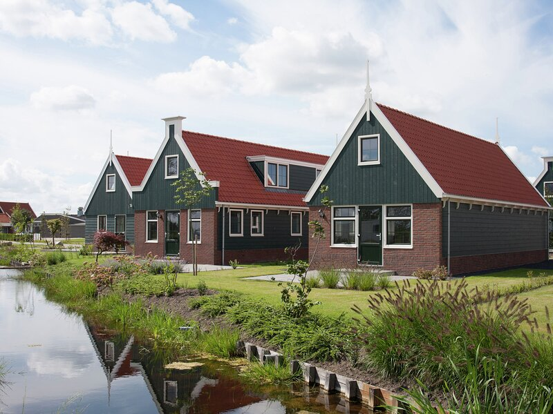 Holiday home built in Zaanse style, 15 km. from Alkmaar, vacation rental in Halfweg