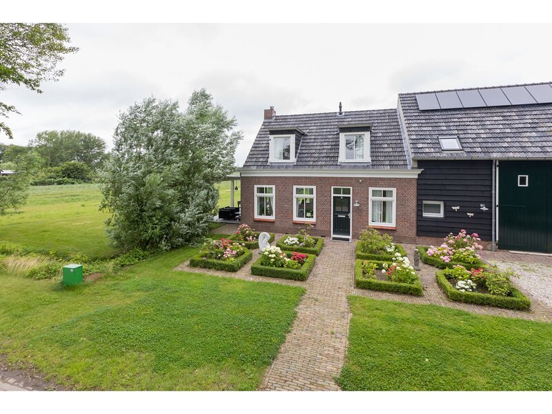 Authentic Zeeland farmhouse with many original details, casa vacanza a Vrouwenpolder