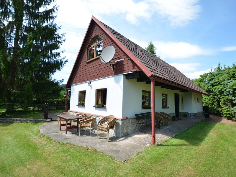 Beautiful holiday home with private garden pool on the edge of the Riesengebirge, casa vacanza a Svoboda nad Upou