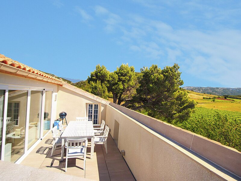 Charming Apartment in Villesèque-des-Corbières with Jacuzzi, vacation rental in Cascastel-des-Corbieres