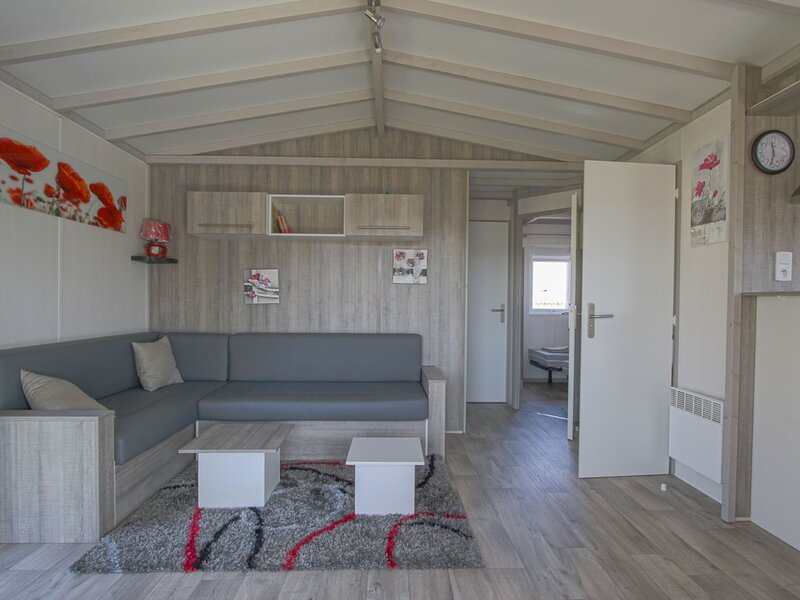 Holiday chalet in private residence with swimming pool, near the sea, holiday rental in Isigny-sur-Mer