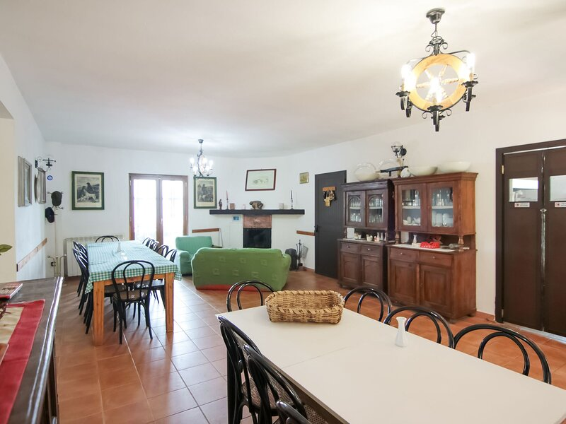 Quaint Holiday Home in Parenti with Garden, vacation rental in San Giovanni in Fiore