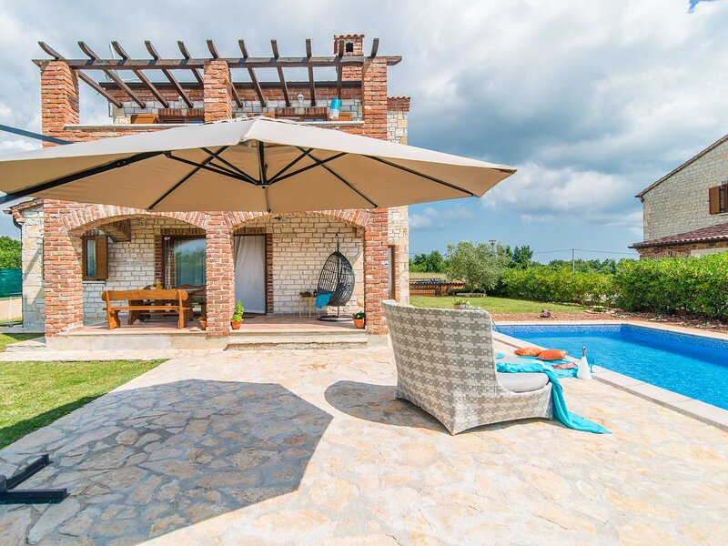 Beautiful authentic stone holiday house with private swimming pool and garden, holiday rental in Butkovici