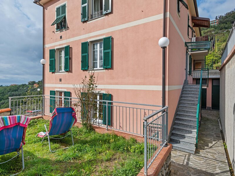 Traditional Holiday Home in Moneglia with Private Terrace, holiday rental in Tavarone