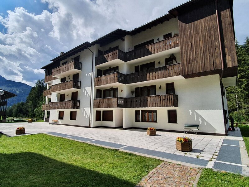Comfortable Apartment in Canazei overlooking the Dolomites, holiday rental in Campitello di Fassa