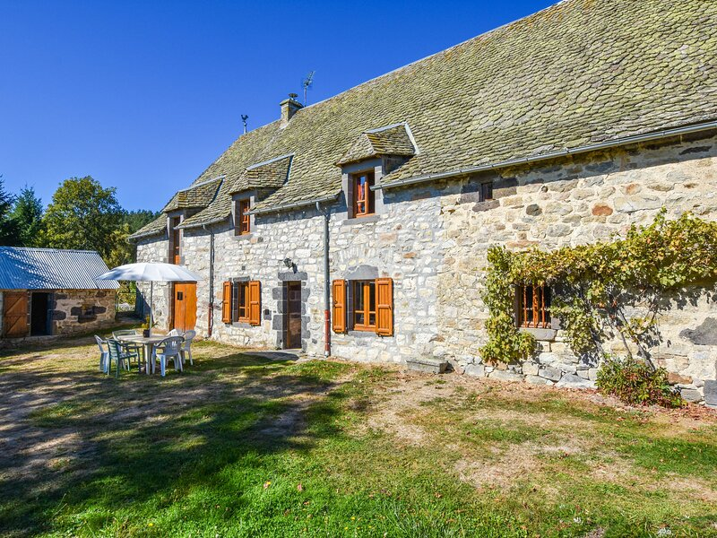 Cozy Holiday Home in Oradour with Private Garden, alquiler vacacional en Saint-Flour