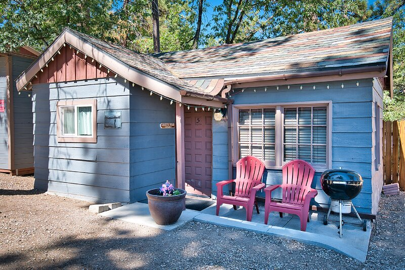 Cottage 5 Grizzly Bear Walk to Village, Lake and Forest, location de vacances à Big Bear Lake