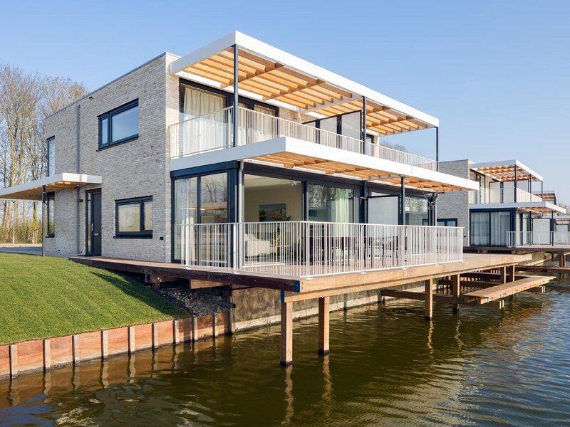 Luxury villa with jetty, at the Veerse Meer, alquiler vacacional en Wolphaartsdijk